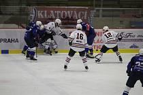 Hokejisté Klatov (na archivním snímku hráči v bílých dresech ze střetnutí s Kolínem v základní části) prohráli první duel play-off 1:4.