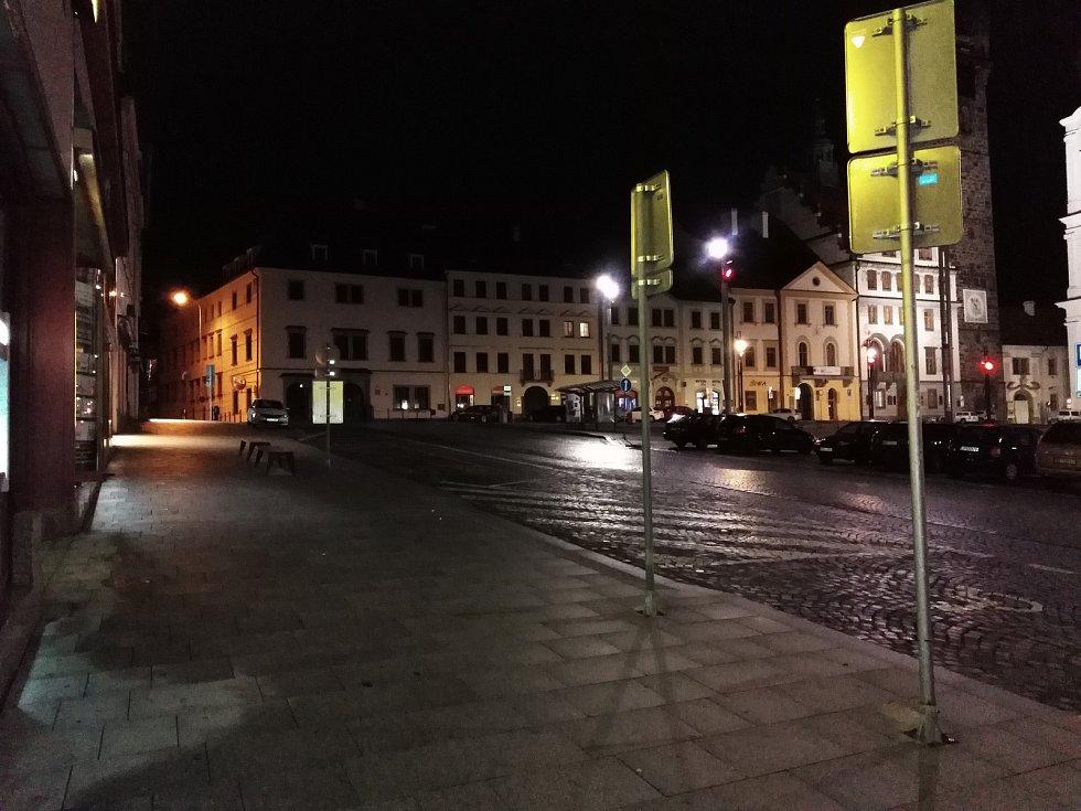 Prázdné náměstí a ulice v Klatovech po 21. hodině.