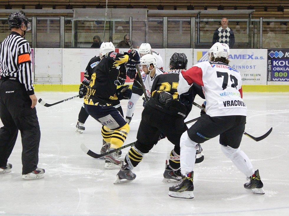 Hokejisté SHC Klatovy (bílé dresy) podlehli v přípravném zápase na sezonu 2017/2018 doma Sokolovu 2:4.