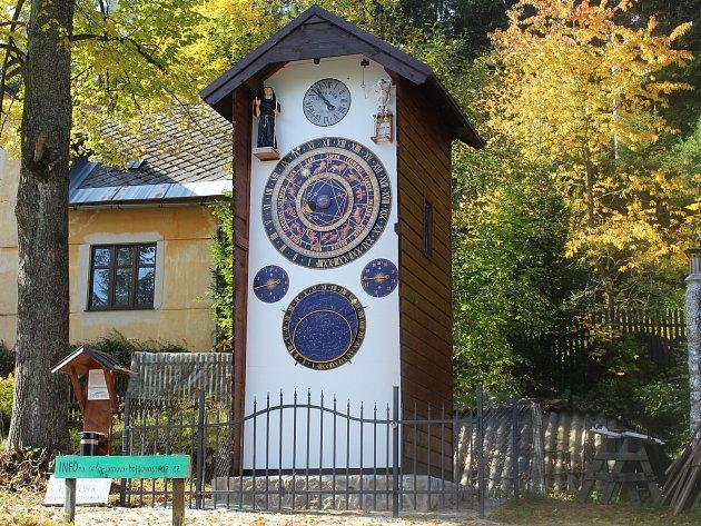 První šumavský orloj v Hojsově Stráži.