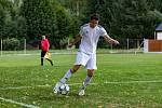 Fotbalisté Žichovic (na archivním snímku hráči v bílých dresech ještě v zápase I. A třídy) znovu prohráli. Navíc už v páté minutě utkání přišli o tři vyloučené hráče.