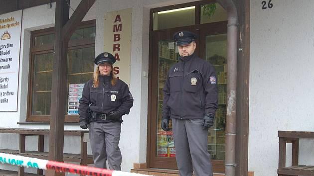 Zhruba dvacet milionů korun si odnesli neznámí maskovaní lupiči, kteří v noci z úterý na středu přepadli  obchůdek v Alžbětíně na česko-německých hranicích. Místo ještě ve středu v poledne, tedy dvanáct hodin po činu, stále hlídali policisté.
