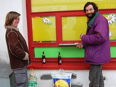 Láďa Wirt s přítelkyní, kteří často popíjejí už od rána pivo před potravinami v klatovské Pražské ulici, sice nikoho neobtěžují, ale přesto se mnohým lidem nelíbí, že konzumují alkohol přímo na ulici.