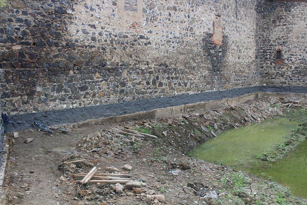 Vypuštěný příkop hradu Švihov.