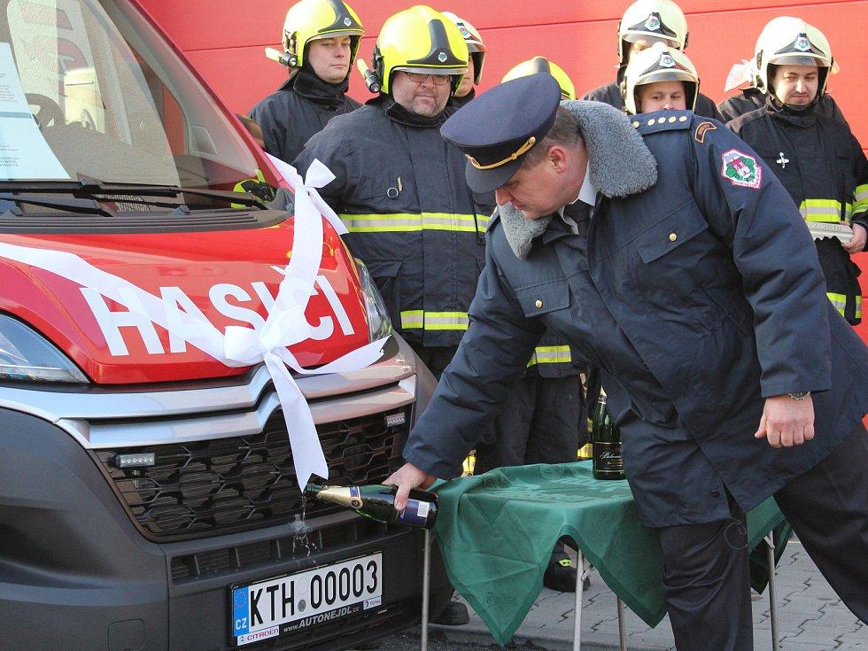 SDH Klatovy převzal nové auto.