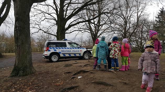 Strážníci učí děti, jak řešit nenadálé situace.