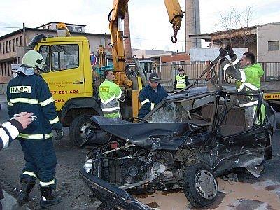 Dopravní nehoda na křižovatce v Klatovech, při níž byla těžce zraněna 35letý řidička Peugeotu 205