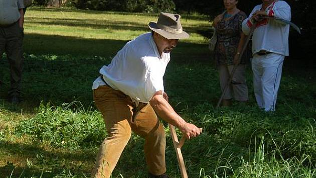 Soutěž v sekání trávy v klatovském parku