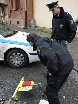 Po autě zbyla jen rozbitá botička.