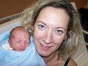Karel Kramář z Prahy (2740 g, 48 cm) se narodil v klatovské porodnici 27. listopadu v 6.07 hodin. Rodiče Barbora a Martin věděli pohlaví miminka dopředu. Tatínek si pochoval svého prvorozeného syna jako první.