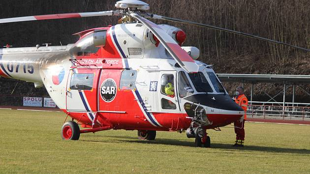 Vrtulník na atletickém stadionu v Klatovech.