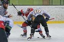 Hokejisté Klatov (na archivním snímku hráči v červených dresech ze zápasu v Kadani) nehráli v pátek a nezahrají si ani v úterý proti Kobře.