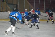 Hokejisté SKP Klatovy (v černých dresech) remizovali 3:3 v dalším utkání přeboru Plzeňského kraje se svými hosty z HC Ekonomické stavby Plzeň.