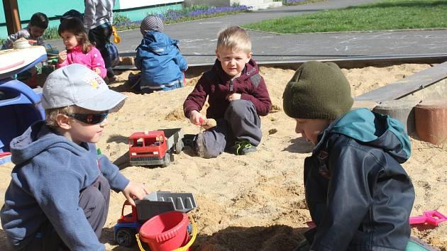 Děti v MŠ v Sušici si užívaly sluníčka.