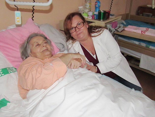 Dobrovolnice v sušické nemocnici Vlasta Faustová s pacientkou Vlastou Klímovou ze Sušice.