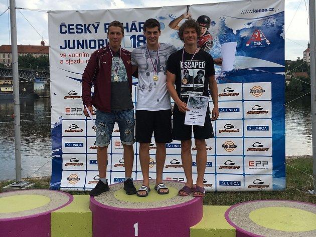 Vít Pohanka (uprostřed) zKanoistického klubu Klatovy vyhrál vK1 poslední nominační závod do juniorské reprezentace 2018vRoudnici nad Labem.