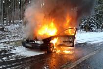 Za jízdy začalo hořet auto u Dlouhé Vsi.