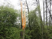 Blesk přerazil u Černíče strom, ten spadl na traktor jedoucí kolem.