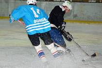 Soupeři z Břas nadělili hokejisté SKP Klatovy (tmavé dresy) sedm branek.