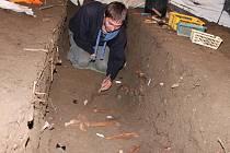 Na odkrývání hrobů na horažďovickém náměstí pracuje i preparátor Patrik Titěra.