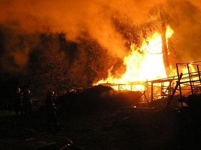 Hasiči zasahovali u požáru stodoly a stáje ve Strašíně