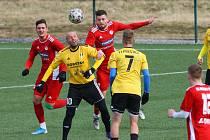 Klatovští fotbalisté (v červeném) v zimním přípravném utkání proti Přešticím.
