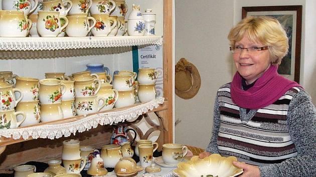 Květa Korečková se svojí chlistovskou keramikou.