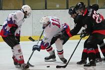 Krajská liga mužů: HC Klatovy B (v bílém) - HC Nejdek 0:1.