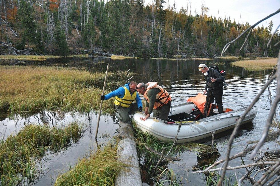 Průzkum v jezeře Laka.