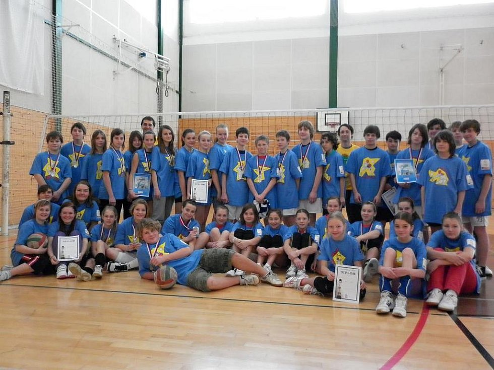 Okresního finále v Modrém minivolejbalu se zúčastnili kluci a dívky z pěti škol.