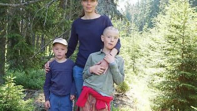 Anna Konvalinková přijela bojovat proti dřevorubcům na Šumavě i s dětmi.