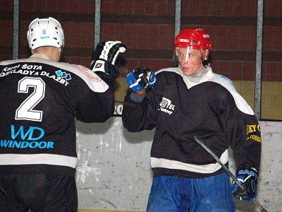 Hokejisté SKP Klatovy (černé dresy) v  sobotním utkání přeboru Plzeňského kraje mužů podlehl doma favorizovanému celku HC Rokycany 3:5.