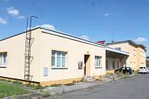 Objekt v bývalém železničním depu. Vpředu je část, kde je sociální zařízení pouze na chodbě. Štáhlichovi odmítají tvrzení, že tyto prostory slouží jako ubytovna. Tvrdí, že lidé bydlí jen v jednopatrové části objektu a v přízemní části za ní.