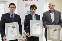 OCENĚNÍ za první místo převzal starosta Horažďovic Michael Forman (uprostřed), za druhé za Klatovy Rudolf Salvetr (vpravo) a třetí místo získala Plzeň a ocenění převzal náměstek primátora Pavel Kotas (vlevo).