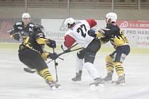 Hokejisté SHC Klatovy (bílé dresy) hostí Cheb.