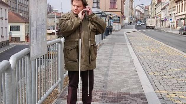 KUDY KAM? Autobusová zastávka ve Vídeňské ulici v Klatovech je sice dobře stavebně řešena, ale pro nevidomé není patrné, v jakém místě který autobus staví.