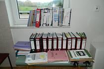 Srovnání administrativy v Myslovicích v letech 2006  až 2010 (na okně) a v letech 2010 (od voleb) až 2014 (dokumenty na stole).