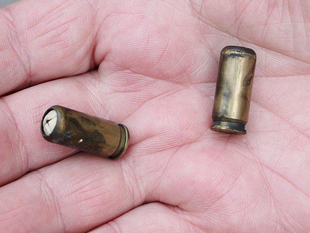Nábojnice nalezené na místě střelby.