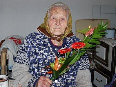 Devětadevadesáté narozeniny slaví v těchto dnech Anna Seidlová z Bolešin. I ve svém pokročilém věku se stále stará o slepice a dokonce podle nich chodí spát.