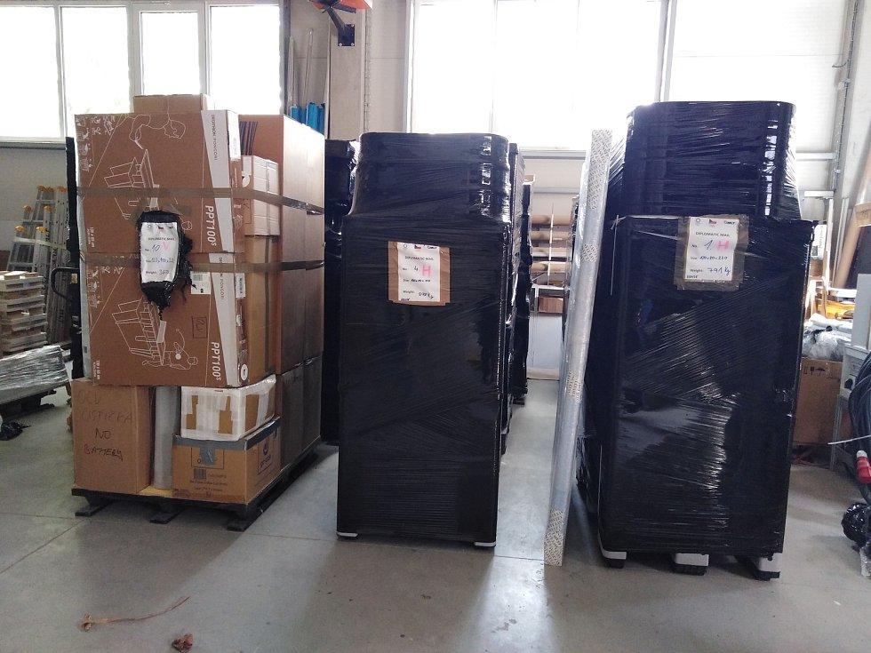 Připravené palety na odlet na olympiádu do Tokia.