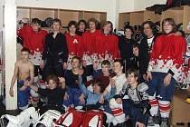 okejisté osmé třídy HC Klatovy se svou velmi cennou zlatou  kořistí, kterou vybojovali na mezinárodním turnaji Easter Cup v Mostě.