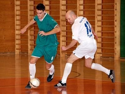 Fotbalista Petr Mužík z Klatov prožívá výborné období, válí v dresu futsalového nováčka celostátní ligy (v akci na snímku vlevo) a obdržel pozvánku do reprezentačního výběru.