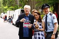 S režisérem Jaroslavem Soukupem jsou na snímku herec Jan Monczka a nová tvář v Policii Modrava - slovenska herecka Karin Haydu.