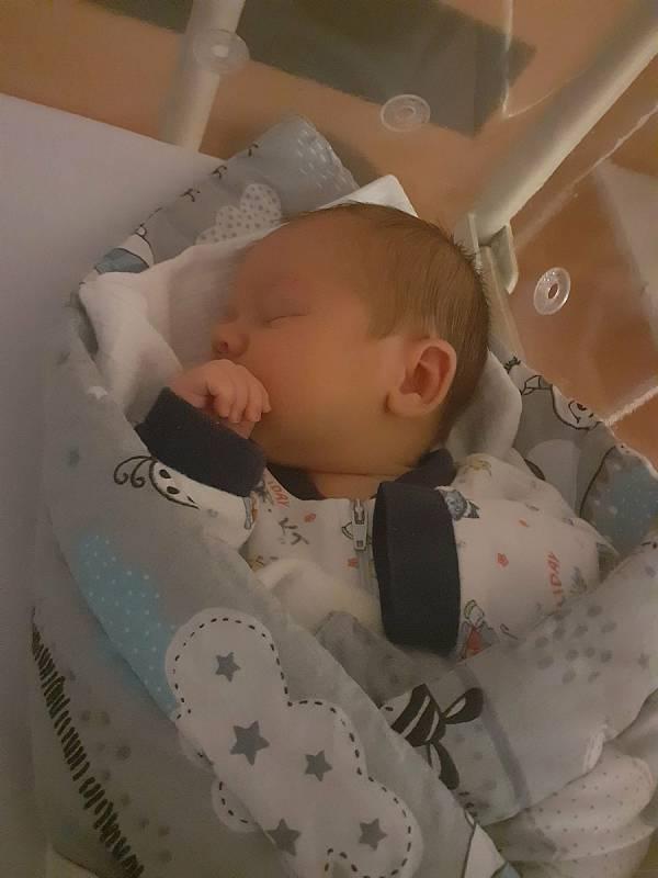Kryštof Kácha zChlumčan se narodil vklatovské porodnici 1. října (3700 g, 50 cm) mamince Magdaleně a tatínkovi Robinovi. Doma se na malého brášku těšil Vítězslav (7) a Vojtěch (5).