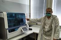 Jeden ze tří hlavních přístrojů, kterými budou vzorky procházet a testovat.