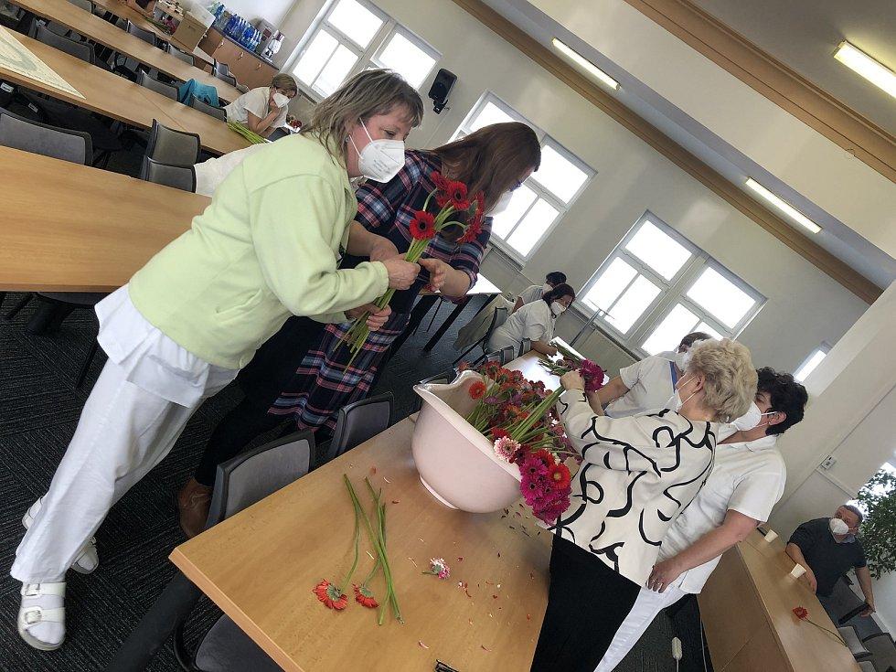 Předávání květin v Klatovské nemocnici.