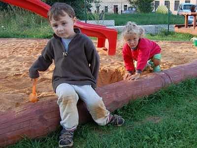 K mezinárodnímu Dni dětí dali Chlistovští svým nejmenším obyvatelům ten nejhezčí dárek – nově dětské hřiště. Mezi jeho pravidelné návštěvníky patří také Hanička a Fanoušek Červených.