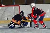Hokejisté lubského Startu nečekaně prohráli doma 4:7 s Drahonicemi. Na snímku je lubský David Vlček při vyrovnávacím gólu na 4:4.