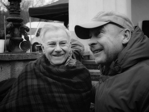 Natáčení fllmu Nabarvené ptáče sHarvey Keitelem a Julianem Sandsem.