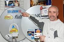 Zdeněk Krůs vysvětluje přednosti satelitu.